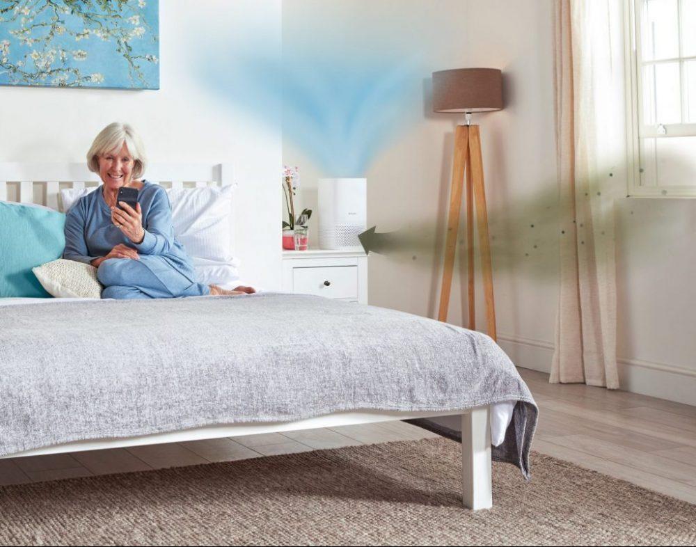 DXBRVAP4-Dimplex-Brava-4-Air-Purifier-roomset-bedroom-RGB-Feb-2021-airflow-smaller
